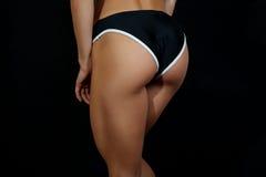 Junger weiblicher Athlet der Nahaufnahme hinter, ausgebildete Hinterteile, geeignete Form Lizenzfreie Stockfotografie