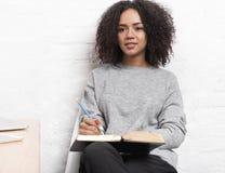 Junger weiblicher Blogger, der im Café sitzt Lizenzfreie Stockfotos