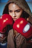 Junger weiblicher Boxer bereit, in den ledernen Boxhandschuhen zu kämpfen Blondes Mädchen der sexy Eignung in der Sportabnutzung  Lizenzfreie Stockfotos