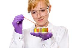 Junger weiblicher Chemiker, der etwas Forschung, getrennt tut Stockbild