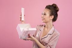 Junger weiblicher Cosmetologist demonstriert Emulsion stockbild