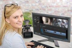 Junger weiblicher Designer, der Grafiktablette verwendet Lizenzfreie Stockbilder