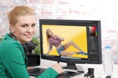 Junger weiblicher Designer, der Grafiktablette verwendet Stockbild