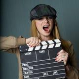 Junger weiblicher Direktor mit dem Schieferkreischen Stockfoto
