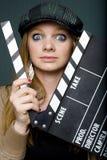 Junger weiblicher Direktor mit Schiefer anstarrend entlang der Kamera Stockfotos