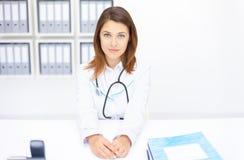 Junger weiblicher Doktor Stockfoto