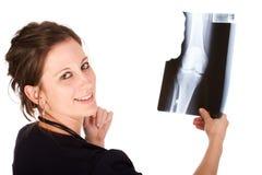 Junger weiblicher Doktor, der einen Röntgenstrahl anhält Stockfotos
