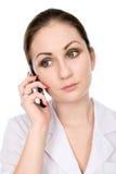 Junger weiblicher Doktor, der am Telefon spricht Lizenzfreie Stockfotos