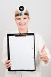 Junger weiblicher Doktor in der Uniform mit Faltblatt Lizenzfreies Stockfoto