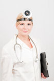 Junger weiblicher Doktor in der Uniform mit Faltblatt Stockbilder