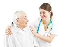 Doktor, der um einer alten Dame sich kümmert Stockfoto