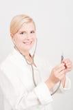 Junger weiblicher Doktor mit Stethoskop Lizenzfreies Stockfoto