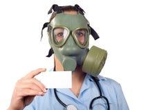 Junger weiblicher Doktor mit Stethoskop und Gasmaske Stockfotos