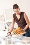 Junger weiblicher Entwerfer mit hölzernen Farbenmustern lizenzfreies stockfoto