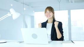 Junger weiblicher feiernder Erfolg, Aufregung auf hoher Stufe stock video