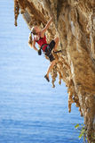 Junger weiblicher Felsenbergsteiger Stockfotos