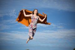 Junger weiblicher fliegender suny Tag des Himmelsommers stockfotos