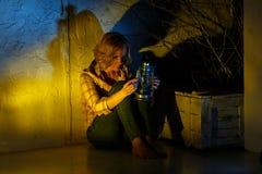 Junger weiblicher Forscher, der magische Laterne im Fantasieplatz hält Lizenzfreie Stockfotos