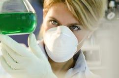 Junger weiblicher Forscher, der mit Becher arbeitet Lizenzfreies Stockfoto