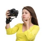 Junger weiblicher Fotograf, der die Fotos betrachten neues digitales c macht Lizenzfreies Stockbild