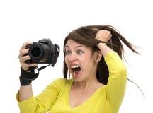 Junger weiblicher Fotograf, der die Fotos betrachten neues digitales c macht Lizenzfreie Stockbilder