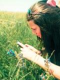 Junger weiblicher Fotograf, der draußen Fotos macht Stockfoto