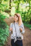 Junger weiblicher Fotograf in der Natur Lizenzfreie Stockfotos