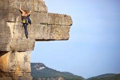 Junger weiblicher freier Bergsteiger auf einer Klippe Stockfoto