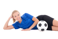 Junger weiblicher Fußballspieler in der blauen Uniform, die mit Ball isola liegt Stockfotografie