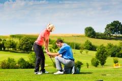 Junger weiblicher Golfspieler auf Kurs Stockfotografie