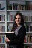 Junger weiblicher Kursteilnehmer in der Bibliothek Lizenzfreies Stockfoto