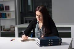 Junger weiblicher Kursteilnehmer in der Bibliothek Lizenzfreies Stockbild