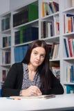 Junger weiblicher Kursteilnehmer in der Bibliothek Lizenzfreie Stockbilder