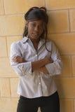 Junger weiblicher Kursteilnehmer gegen Backsteinmauer Stockfotos