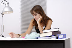Junger weiblicher Kursteilnehmer an ihrem Schreibtisch Lizenzfreie Stockbilder