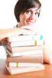 Junger weiblicher Kursteilnehmer mit Büchern Lizenzfreies Stockbild