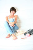 Junger weiblicher Kursteilnehmer mit Büchern und Laptop Stockfotos