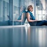 Junger weiblicher Kursteilnehmer mit einem Laptop Lizenzfreie Stockfotografie