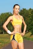 Junger weiblicher Läufer, der auf einer Laufbahn steht Lizenzfreie Stockfotografie