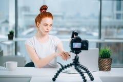 Junger weiblicher Rothaarige Blogger mit Laptopaufnahmevideo zu Hause und Nehmen selfie Lizenzfreies Stockbild