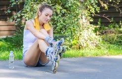 Junger weiblicher Schlittschuhläufer stockbild