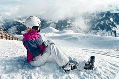 Junger weiblicher Skifahrer, der die erstaunliche Ansicht bewundert stockfoto