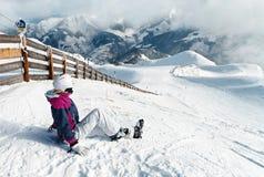 Junger weiblicher Skifahrer, der die erstaunliche Ansicht bewundert stockfotos