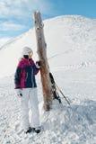 Junger weiblicher Skifahrer, der die erstaunliche Ansicht bewundert lizenzfreie stockbilder