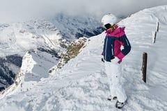 Junger weiblicher Skifahrer, der die erstaunliche Ansicht bewundert lizenzfreie stockfotografie