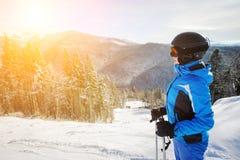 Junger weiblicher Skifahrer gegen Skiaufzug und Wintergebirgshintergrund lizenzfreie stockbilder