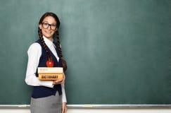 Junger weiblicher Sonderling mit Büchern Lizenzfreie Stockfotos