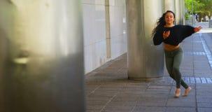 Junger weiblicher Tänzer, der Tanz auf dem Bürgersteig in der Stadt 4k durchführt stock video footage