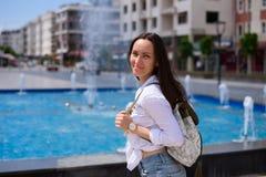 Junger weiblicher Tourist, der durch die Stadtstraßen von Demre, die Türkei geht lizenzfreies stockbild