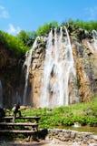 Junger weiblicher Tourist, der ein waterfal schießt Stockbilder